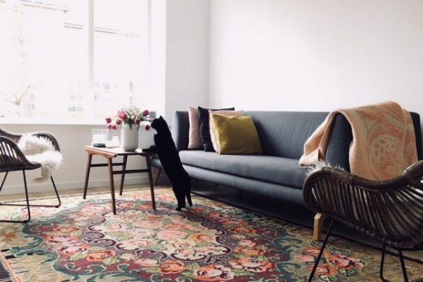 rozenkelim in de woonkamer