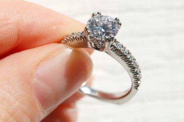 Hoe draag je je diamanten ring?