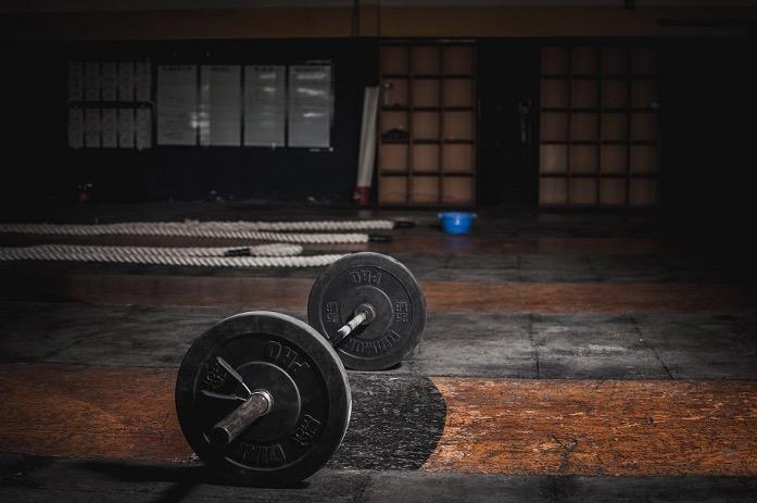 Drie halterstang oefeningen om de kracht in je hele lichaam op te bouwen